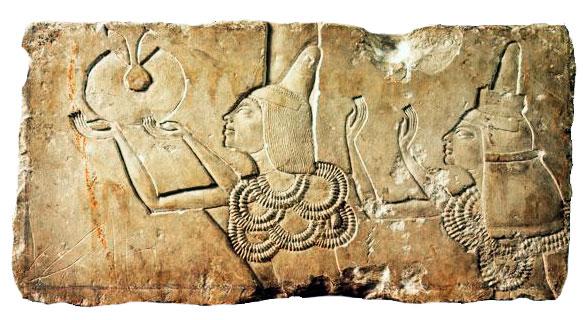 Imagen de Ay y Tiy recogiendo los presentes. Museo de El Cairo.