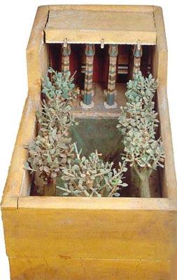 Maqueta de madera. En esta vivienda lujosa, se observan dos hileras de cuatro columnas papiriformes. Y un jardín con un estanque, rodeado de árboles (sicomoros). Tumba de Meketre (TT280); Imperio Medio, XI dinastía