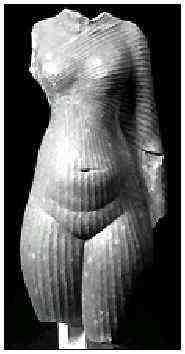 Fig. 4. Figura de Nefertiti. Remarcar sus formas femeninas exageradas y el trabajo de transparencia de la tela. Piedra arenisca silicada. Museo del Louvre, E 25409.