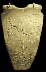 Fig. 1. Reverso de la Paleta de Pizarra del rey Narmer, hallada en Hieracómpolis (3.168 a.C.) Museo de El Cairo.