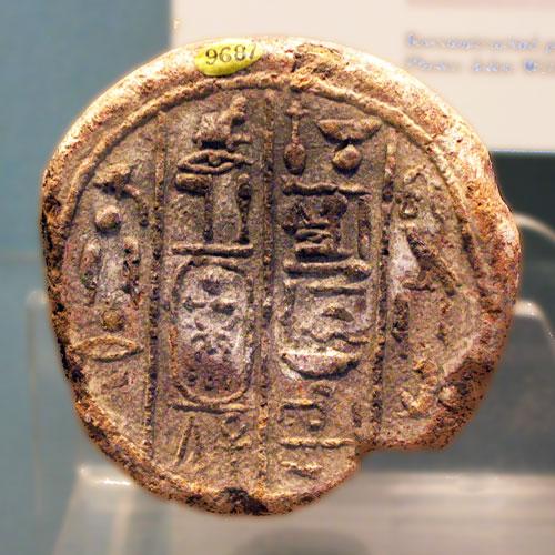 """Fig. 5. Cono funerario de Neferhabef propietario de la tumba TT A.9 de Dra Abu el Naga, con cuatro columnas de texto: """"El venerado frente a Osiris, profeta de Ajeperure (Amenhotep II), dando vida, Neferhabef, justificado. Su hermana (esposa), la señora de la casa Towey"""". Núm. 54 del Corpus de Davies & Macadam (Londres, British Museum, 9687)."""