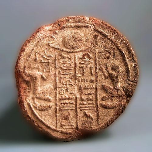 """Fig. 7. Cono funerario de Mentuemhat con cuatro columnas de textos y dos figuras arrodilladas a cada lado de una barca solar. """"El Osiris, nomarca, supervisor del Alto Egipto, Mentuemhat, justificado. El Osiris, cuarto profeta de Amón, Mentuemhat, justificado"""". Mentuemhat es el propietario de la tumba TT 34 en El Asasif y de nueve conos funerarios más, todos ellos con inscripciones distintas. Núm. 604 del Corpus de Davies & Macadam (Dublín, National Museum of Ireland, L1030-74)."""