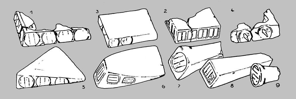 Fig. 15. Diferentes tipos de adobes conservados en el Museo de El cairo con estampaciones similares a las encontradas sobre los conos funerarios (dibujo publicado por Borchardt, Königsberger y Ricke, ZÄS 70, p. 28 Abb. 8).