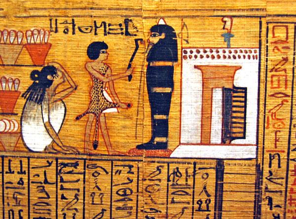 Fig. 18. Fragmento del papiro del escriba Nebqed (dinastía XVIII) ilustrando el capítulo 125 del Libro de los Muertos, donde el difunto declara su inocencia. La momia de Nebqed se halla en posición vertical delante de la puerta de su capilla funeraria donde se puede ver en la fachada y por encima de la puerta dos hileras de conos funerarios (París, Musée du Louvre, N3068).