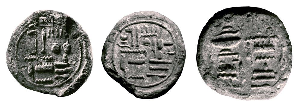 Fig. 20. Tres conos pertenecientes al cuarto profeta de Amón, Neferhotep. En el cono de la izquierda sólo aparece su nombre y título, mientras que en el del centro y partiendo de un diseño similar al primero, se incluyó el nombre de su esposa Amenhotep, ocupando los espacios libres de la inscripción inicial. El tercer ejemplar está compuesto por dos columnas de textos enfrentados, a la derecha, dedicado al cuarto profeta de Amón, Neferhotep, justificado, y a la izquierda a su esposa, la señora de la casa, Amenhotep (de izquierda a derecha: París, Musée du Louvre, N 707/1; Marsella, Musée d?Archéologie Méditerranéenne, 564, 565).