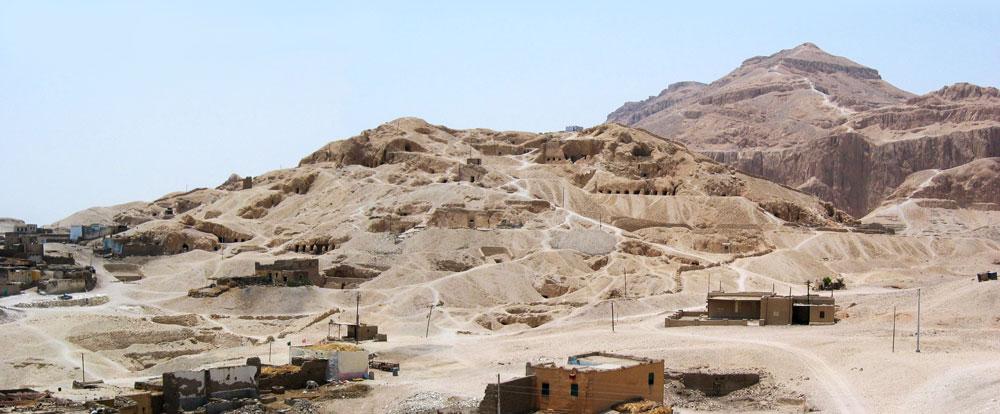 Fig. 26. Tebas Oeste. Vista general de la necrópolis de Cheij Abd el Gurna.