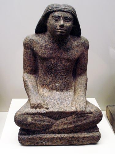 Fig. 9. Escultura del escriba Rahotep en granito rosa procedente de su tumba en Saqqara. Imperio Antiguo.