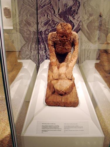 Fig. 11. Modelo funerario que representa a una mujer moliendo grano. Es de gran tamaño y corresponde al Imperio Medio.