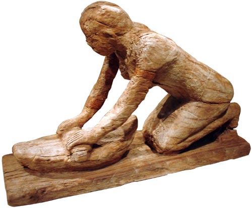 Fig. 12. Modelo funerario que representa a una mujer moliendo grano. Es de gran tamaño y corresponde al Imperio Medio.