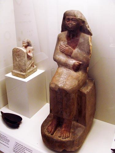 Fig. 14. Estatua de piedra del sacerdote Tjurai, orfebre del dios Amón en Tebas. Imperio Nuevo.
