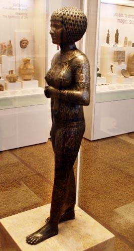 Fig. 17. Se trata de la pieza principal de la exposición. Una escultura de bronce perteneciente a la princesa Takushit (670 a.C) hallada en Kom Tourougka, cerca del lago Mareotis (Alejandría) en 1880.