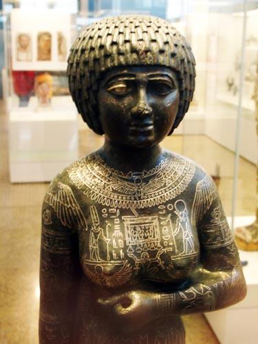 Fig. 18. Se trata de la pieza principal de la exposición. Una escultura de bronce perteneciente a la princesa Takushit (670 a.C) hallada en Kom Tourougka, cerca del lago Mareotis (Alejandría) en 1880.