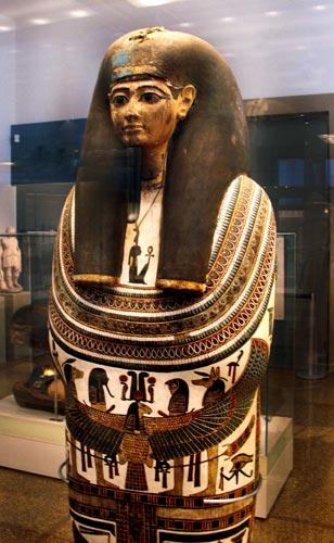 Fig. 19. Cartonaje con la momia de Nespakashouty, supervisor de músicos y sacerdote  en el templo del dios Min, en Akhmin. Tercer periodo intermedio.