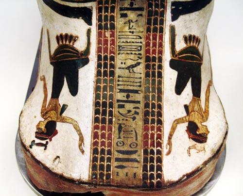 Fig. 20. Cartonaje con la momia de Nespakashouty, supervisor de músicos y sacerdote  en el templo del dios Min, en Akhmin. Tercer periodo intermedio.