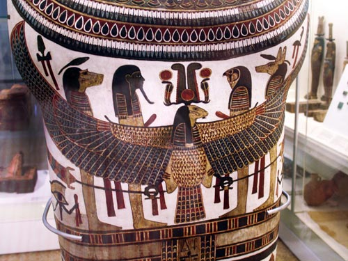Fig. 21. Cartonaje con la momia de Nespakashouty, supervisor de músicos y sacerdote  en el templo del dios Min, en Akhmin. Tercer periodo intermedio.