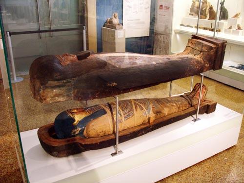 """Fig. 22. Sarcófago de madera con la momia de Hapi, llamado """"Khor"""", hijo de Pami. Periodo Ptolemaico."""