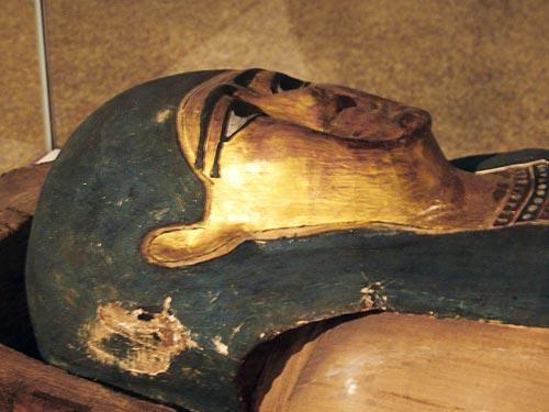 """Fig. 23. Sarcófago de madera con la momia de Hapi, llamado """"Khor"""", hijo de Pami. Periodo Ptolemaico."""