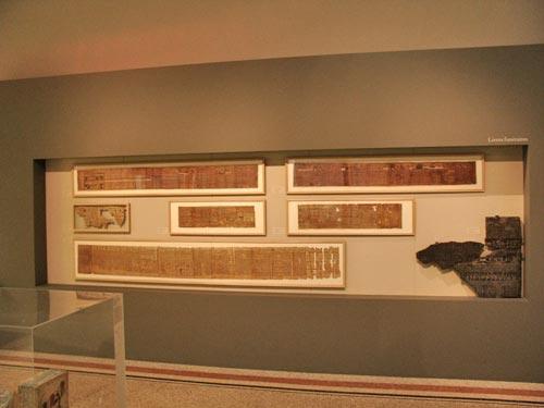 Vista general de la vitrina nº15: Papiros funerarios