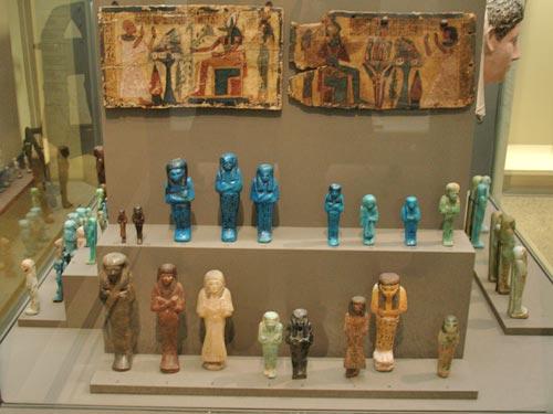 Vista parcial de la vitrina nº 18: Estatuillas funerarias