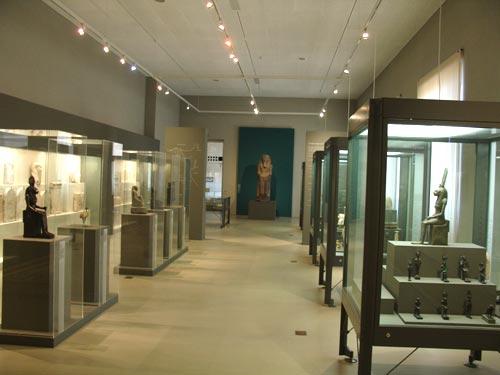 Vista mirando hacia la entrada. Al fondo el coloso de Remeses II