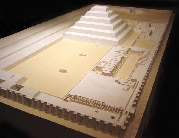 Maqueta del complejo funerario del rey Dyoser en Saqqara.