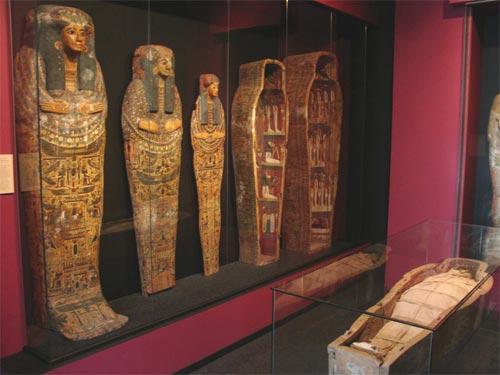Vista parcial sala 1, con la momia de Nekhu y los sarcófagos de Nesimaut