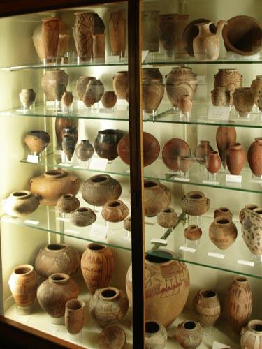Fig. 6. Vitrinas con cerámica predinástica decorada.