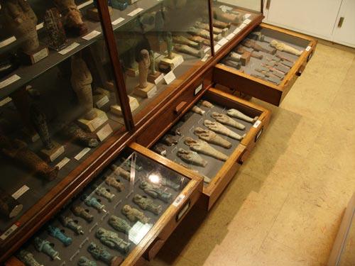 Fig. 7. Vista de la sección dedicada a las estatuillas funerarias (vitrinas I-M).