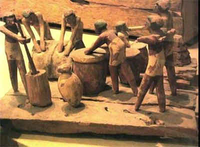 Fig.-11. Maqueta elaborando cerveza y amasando pan. Tumba de Minhotep y Upuautemhat, dignatario del 1er Periodo Intermedio-Princio del Imperio Medio y su esposa