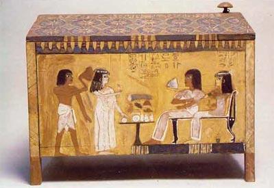 Fig.-13. Caja para ropa blanca de la tumba de Kha. Los hijos llevan ofrendas a sus padres. Madera pintada, Deir el Medina XVIII dinastía. Excavaciones de Schiaparelli