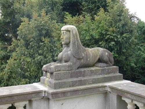 Es evidente que al antiguo propietario de la residencia le gustaba la egiptomanía. En los jardines pueden contarse hasta cuatro esfinges similares a la de la foto