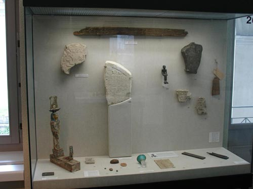 Una de las vitrinas temáticas dedicada a la escritura