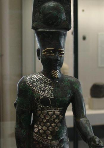 Detalle de la estatua del dios Amón donde se aprecian las incrustaciones realizadas en oro y plata