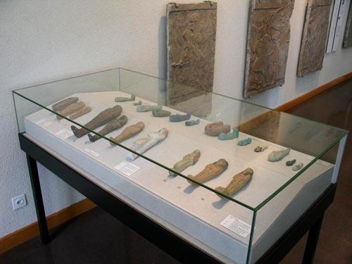 Vitrina mostrando algunas estatuillas funerarias