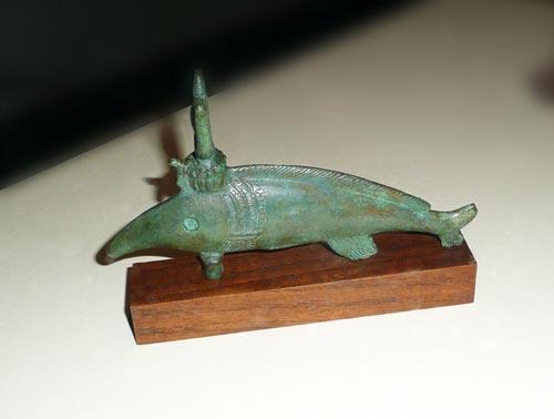 Fig. 4. Uno de los dos peces oxirrinco de bronce que se hallan expuestos en las vitrinas de la exposición (colección particular). Además de su nariz característica, está coronado por un disco solar entre dos cuernos.
