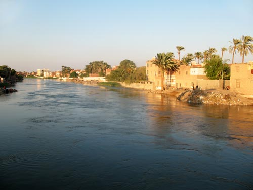 Fig. 7. Vista del Bahr Youssef, el brazo del Nilo que separa las poblaciones vecinas de El-Bahnasa (la antigua Oxirrinco) y Sandafa. Las casas de adobe y las palmeras recuerdan el paisaje de época faraónica.