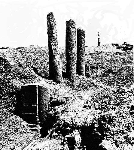 Fig. 10. y fig. 11. A principios del s. XX, Petrie todavía pudo excavar los restos de un gran teatro, del que en la actualidad solo queda un gran montículo de escombros de lo que debían haber sido los cimientos de la construcción; también excavó la columnata de una de las calles principales.