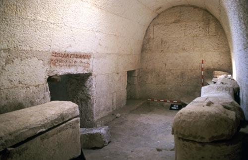 Fig. 13. Interior de una sala de la tumba del sacerdote Het (tumba núm. 1). Esta sala comunicaba con la estancia principal donde estaba enterrado el propietario de la tumba. Se puede observar una inscripción en escritura jeroglífica cursiva realizada con tinta roja en el dintel de la puerta.