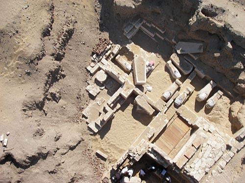 Fig. 14. Vista aérea de la tumba núm. 14, que hasta este momento, es la más grande de toda la necrópolis. Se trata de una tumba familiar con once cámaras, donde se enterraron en sarcófagos de piedra los grandes personaje de la ciudad.
