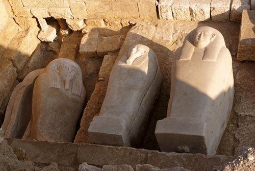 Fig. 15. En el interior de la tumba núm. 14 se localizaron más de diecisiete sarcófagos de piedra; la gran mayoría antropomorfos. Uno de los más bellos es el que podemos observar a la izquierda de la fotografía, que aún presenta restos de policromía.