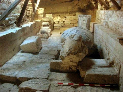 Fig. 17. Sala de la estatua de Osiris. En la cámara más occidental, cubierta con una bóveda de cañón, reposa la estatua de Osiris, de 3,30 m de longitud. La imagen, esculpida en un bloque de piedra calcárea, era de color negro, el color de la regeneración. Lleva los atributos propios de la divinidad: el cuerpo amortajado, en las manos el <em>heqat</em> (cetro) y el <em>nejej</em> (flagelo) y en la cabeza la corona <em>atef</em>.