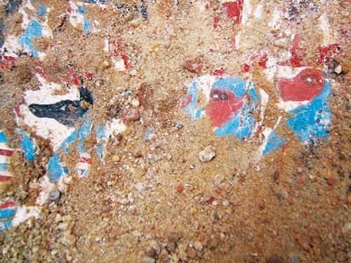 Fig. 20 y fig. 21. La fragilidad del tiempo. Pero no todos los sarcófagos se conservan tan bien como los de las tumbas saítas. Los ataúdes de madera, a pesar de la sequedad del desierto, rápidamente se descomponen y solo se puede disfrutar de su bella decoración unos pocos instantes.
