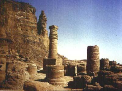 En primer término el Templo de Amón en Dyebel Barkal. Al fondo la montaña pura, parte de ella con forma intencionada de ureo
