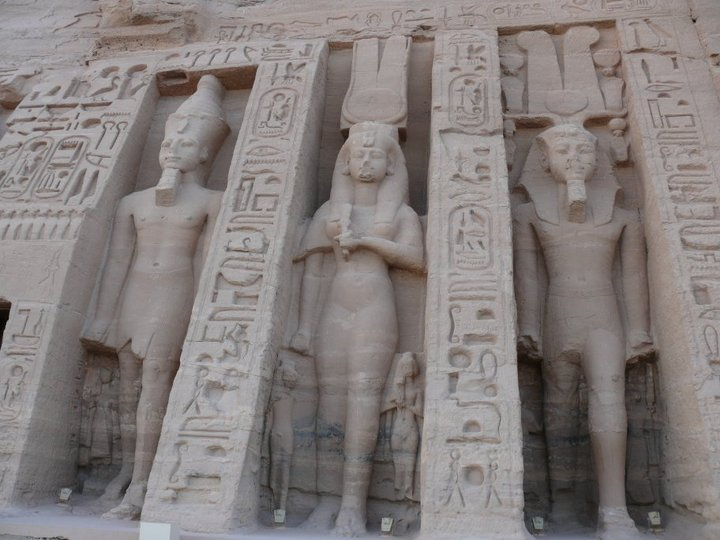 Imagen 4. Coloso de Nefertari en su templo de Abu Simbel