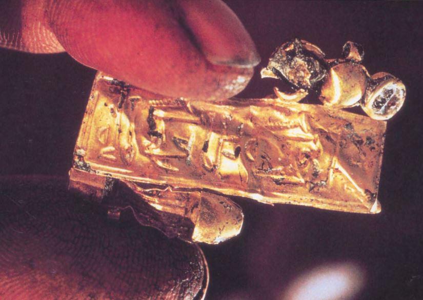 Imagen 5. Trozo de brazalete de oro encontrado durante los trabajos de restauración