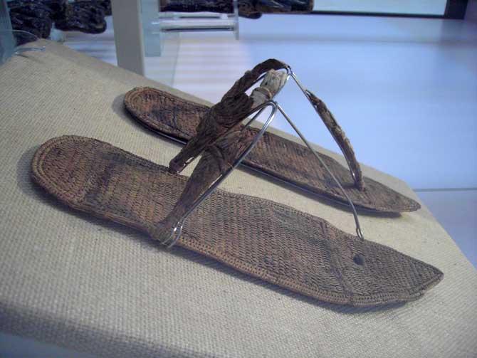 Imagen 6. Sandalias encontradas en la tumba