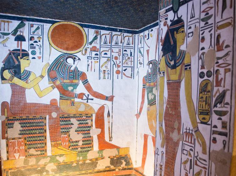 Imagen 5 – parte derecha del vestíbulo. Harsiase conduce a Nefertari (no aparece en la foto) ante Ra-Horajty y Hathor