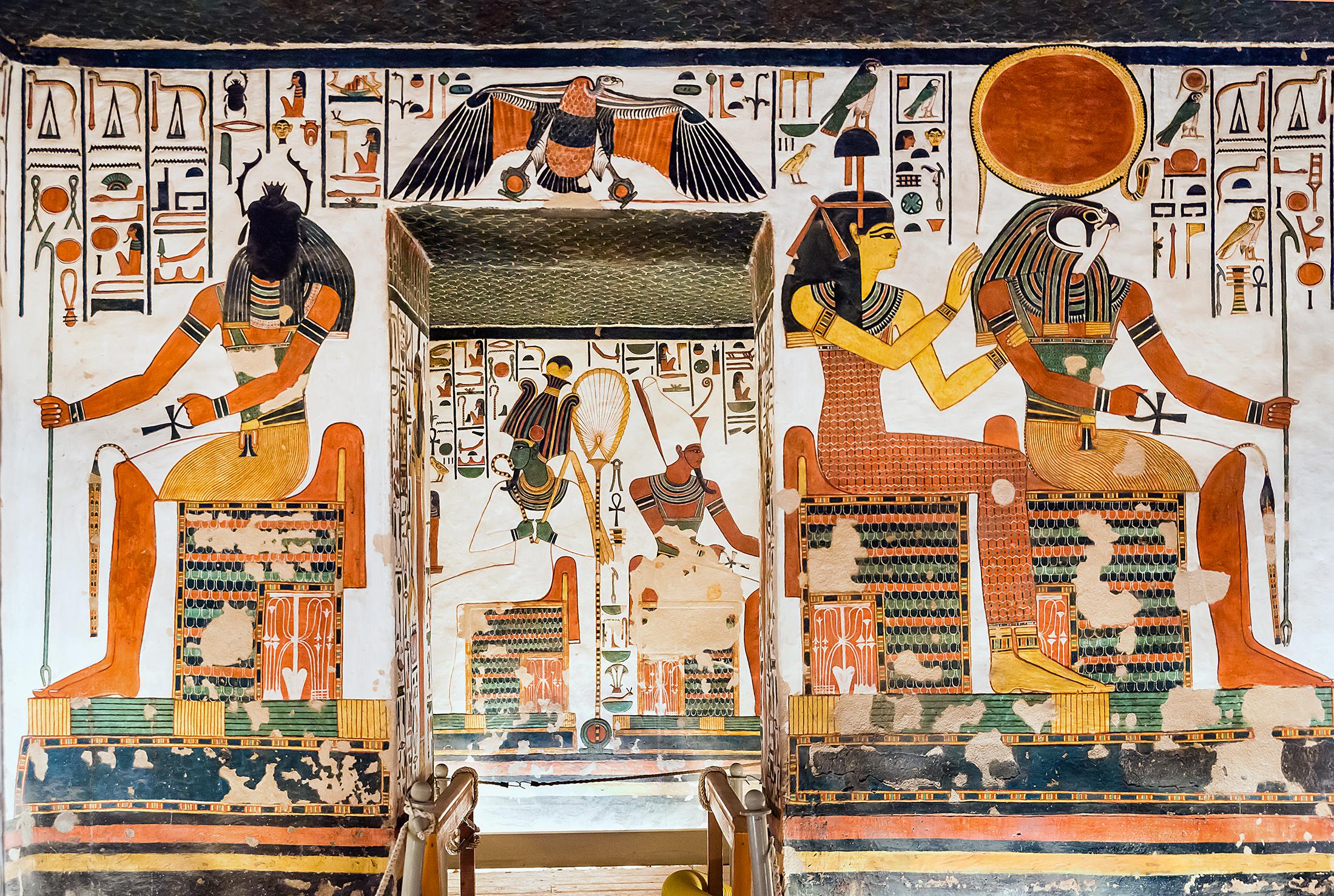 Imagen 8. Simetría de las imágenes de Osiris y Atum desde la antecámara